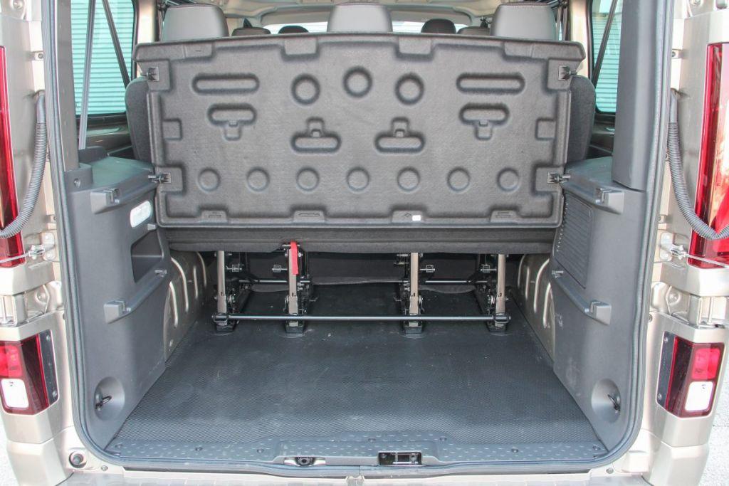 Opel-Vivaro-berelheto-kisbusz-csomagtere